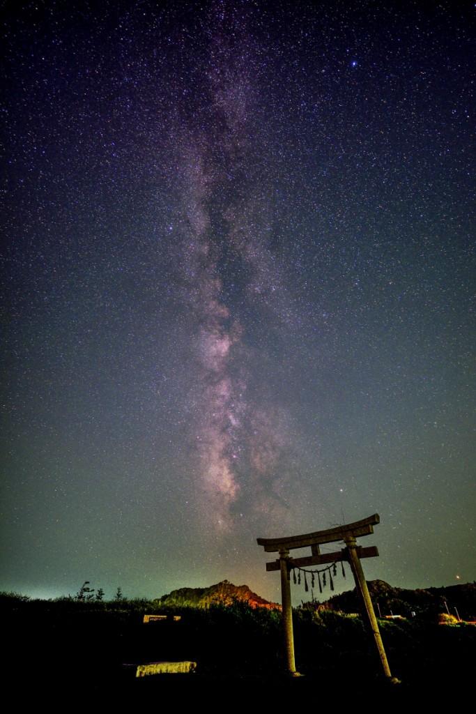 神洗神社の鳥居と夏の天の川